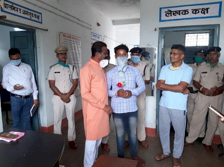 विधायक कुंवर सिंह निषाद ने युवक को क्षमा किया साथ ही भेेंट में दिया गुलाब...