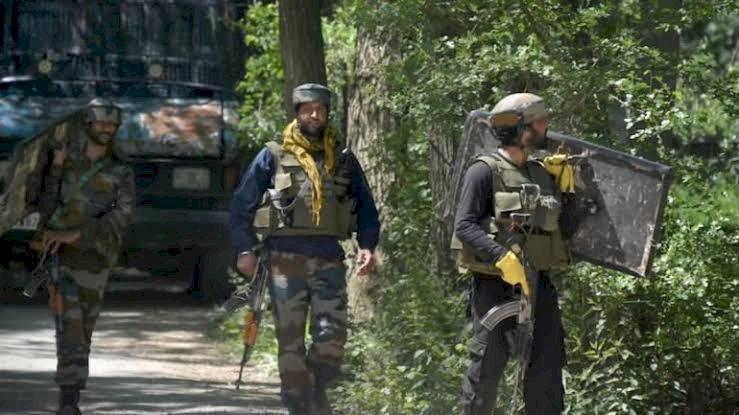 जम्मू-कश्मीरः पुलवामा में आतंकियों और सुरक्षा बलों के बीच मुठभेड़  ..