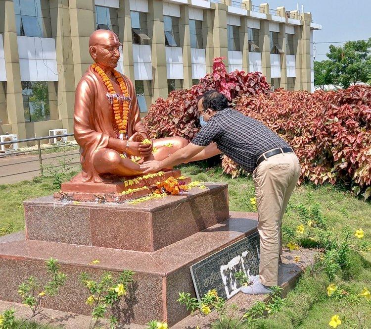 राष्ट्रपिता महात्मा गांधी की जयंती पर  कलेक्टर ने उनकी प्रतिमा पर श्रद्धासुमन अर्पित किए