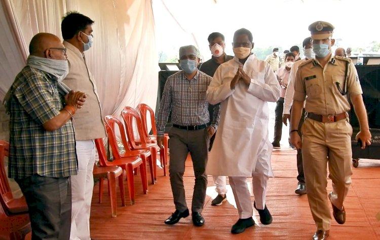 प्रभारी मंत्री अमरजीत भगत ने ग्राम पीपरछेड़ी पहुॅचकर स्वर्गीय रविन्द्र भेंडिया के शोकसंतप्त परिवारजनों से की भेंट