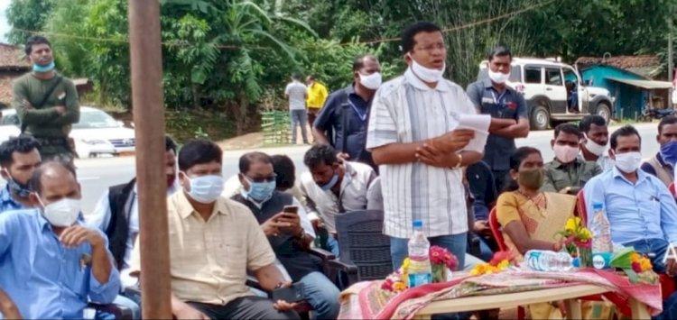 पीसीसी चीफ मोहन मरकाम  पहुंचे घोडागांव माकड़ी क्षेत्रवासियों को दी सीसी सड़क की सौगात
