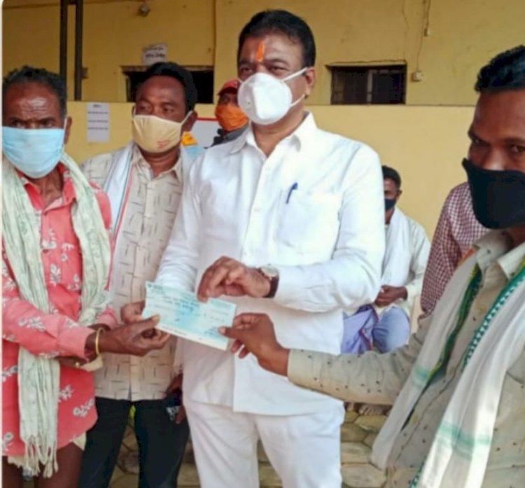 जगदलपुर विधायक व संसदीय सचिव रेखचंद जैन ने जगदलपुर विधानसभा क्षेत्र के 24 पंचायतों में देवगुडी निर्माण हेतु प्रदान की प्रथम किस्त की राशि