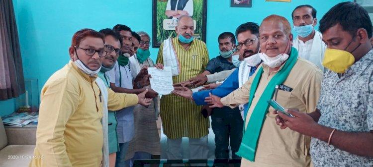 भुतपूर्व विधायक जनक लाल ठाकुर जी के नेतृत्व में छत्तीसगढ़ शासन के क्रिषी मंत्री रविंद्र चौबे जी को ज्ञापन सौंपा गया