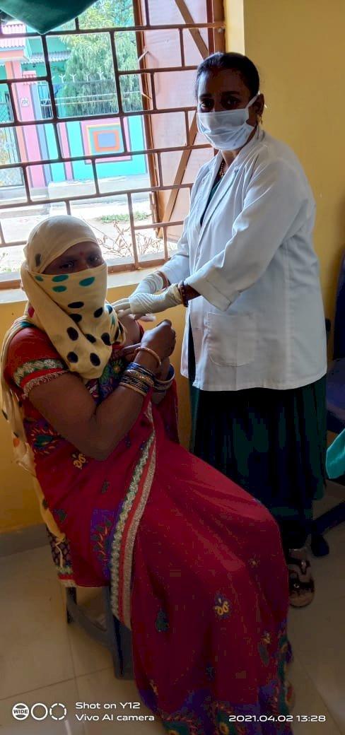कोविड 19 का टीका लगवा सांसद प्रतिनिधि लोगों को कर रहे प्रेरित