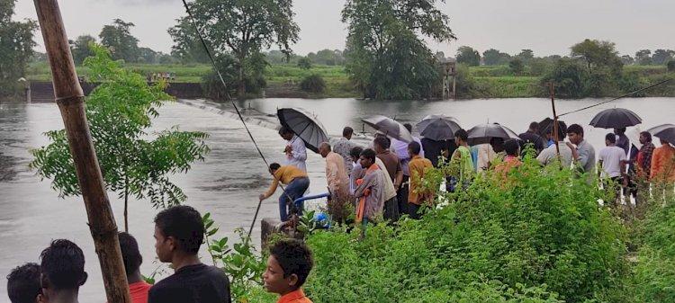 नहाने के दौरान दो  नाबालिग भाई जो ननिहाल के तांदुला नदी में डूबा... एक सकुशल निकला बाहर दूसरा हुआ लापता रेस्क्यू जारी, पिछले 1 घंटे से घटनास्थल पर डटे संसदीय सचिव कुंवर सिंह निषाद।