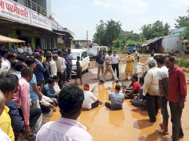 सड़क के खस्ताहाल को लेकर पीडब्ल्यूडी विभाग और राज्य सरकार के खिलाफ संकेतिक धरना प्रदर्शन प्रारंभ