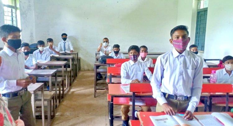 कलेक्टर ने कांदुल के उच्चतर माध्यमिक  शाला का किया आकस्मिक निरीक्षण अनुपस्थित प्राचार्य को नियमित  समय पर स्कूल आने की हिदायत SMART क्लास शीघ्र शुरू कराने के निदेर्श
